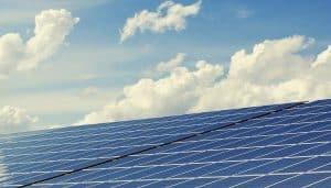 Foto di diversi pannelli fotovoltaici su tetto