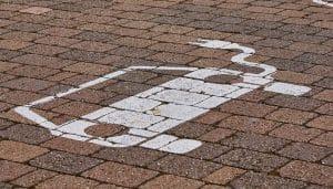 Simbolo parcheggio auto elettrica o auto ibrida